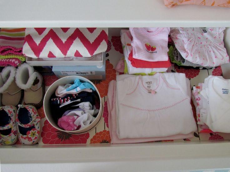 Wallpaper-lined drawers - in love!Wallpaper Lin Drawers, Projects Nurseries, Modern Nurseries, Diy Drawers, Drawers Liner, Baby Drawers, Girls Nurseries, Baby Wally, Wallpaperlin Drawers
