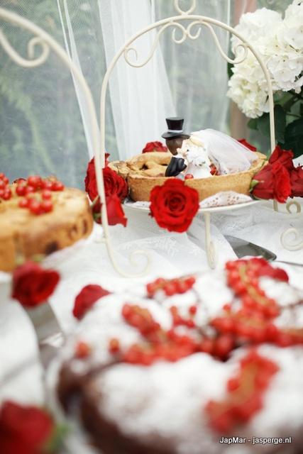 onze prachtige en heerlijke bruidstaarten!  Foto door Mark Kuipers