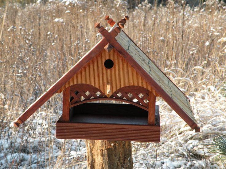 Bird feeder with a shelter.  Karmnik dla ptaków połączony z budką lęgową.  Futterplattform mit Vogelhäuschen.