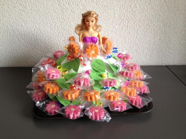Barbie traktatie jurk. Halve bol van piepschuim met daarin chocolade lollies geprikt.