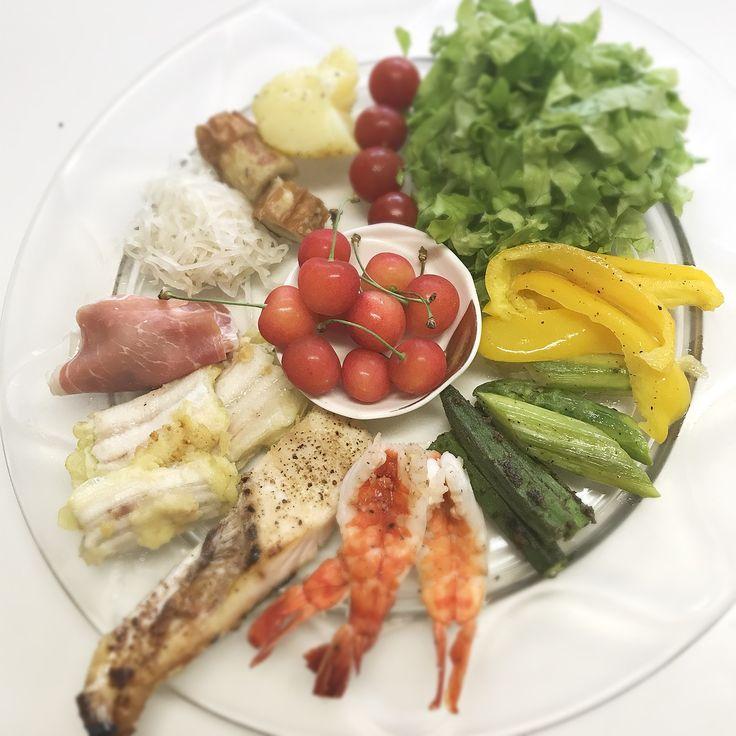 """Dr. Yumi Nishiyama's """"The Original Diet Plate"""" for beauty & health from japanese doctor‼️  Clockwise eating healthy foods from 12 o'clock on a large plate❣️  2017年6月29日の「ドクターにしやま由美式時計回り食べダイエットプレート」:女性医師が栄養バランスを考えた、美味しいプレートのご紹介。  大きめのプレートに、血糖値を急激に上げないように考えた食材を並べ、12時の位置から順番に食べるとても分かり易い方法です。  血糖値を上げないこの食べ方は、身体に優しく栄養補給ができるので健康を維持できます。オリジナルの⭐️西山酵素⭐️も最後に飲みます。  にしやま由美東京銀座クリニック 東京都中央区銀座2-8-17 ハビウル銀座Ⅱ 9階 Tel.03-6228-7950"""