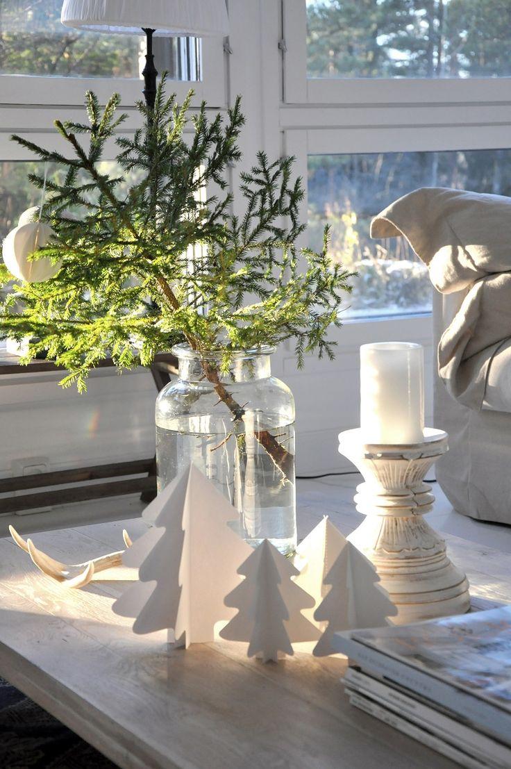Istuin ja odotin, että tuntuisi joululta...   ei tuntunut.   Aurinko puski sisään ikkunoista ja oli villi tunne...