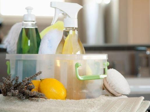 Maak je badkamer stralend schoon met deze natuurlijke badkamer reiniger recepten op basis van simpele ingredienten en etherische olie.
