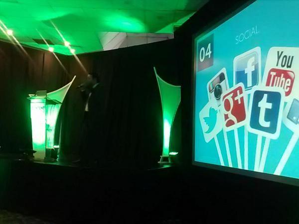 """Nuestro director, Enrique Culebro, platicando sobre """"SEO de contenidos en 10 pasos"""" en el """"Content Marketing 2015""""."""
