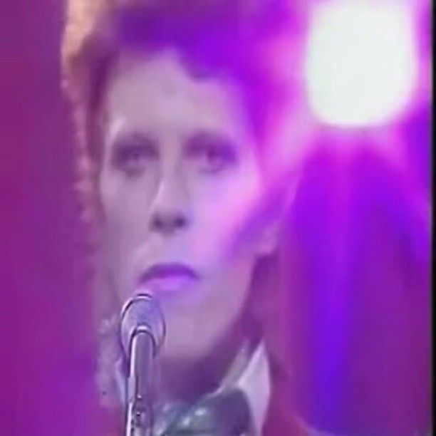 """""""SHE'S UNCERTAIN IF SHE LIKES HIM But she's knows she really loves him It's a crash course for the ravers It's a drive in Saturday...""""⚡SOTD: DRIVE IN SATURDAY...⚡off of the Aladdin Sane ALBUM...performed on THE RUSSELL HARTY SHOW...1973 #davidrobertjones #davidbowie #ziggystardust #russellhartyshow #driveinsaturday #aladdinsane #brilliantbowie #brilliantbowieclips"""