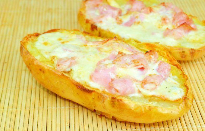 Cartofi umpluţi cu telemea și șuncă - rețetă delicioasă care practic se face singură, lucru care o face mai mult decât potrivită pentru zilele lucrătoare.