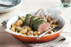 Lekker mals lamsvlees met een pittig kruidenkorstje. De rozemarijnaardappeltjes uit de oven maken het gerecht af.
