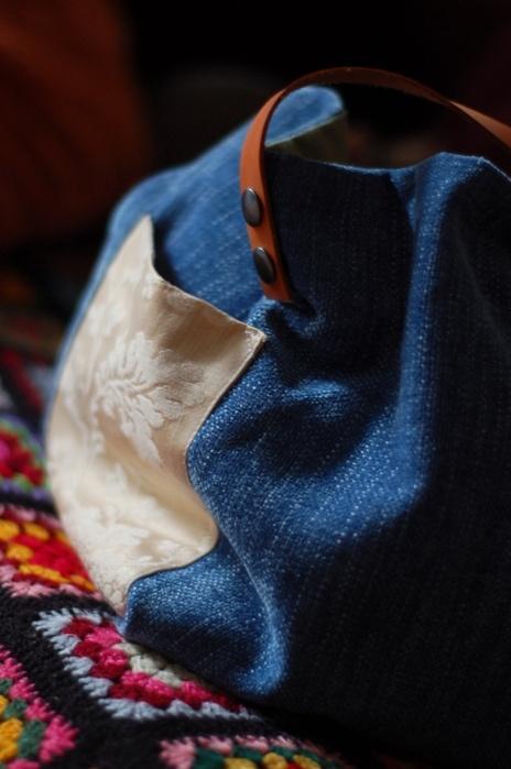 Sac cabas pièce unique fait main, tissu coton, velours et soie Intérieur 2 poches Il mesure : H 45 cm L 65 cm Anses en cuir gold de 52 cm fixées par boutons pression