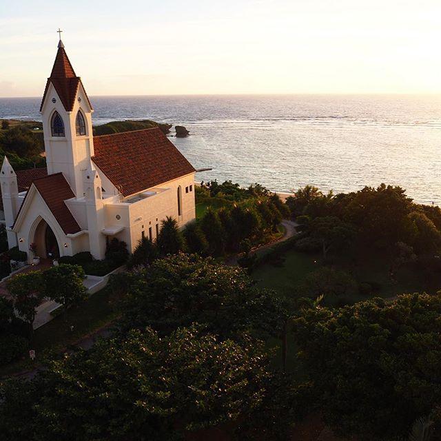 【feuille_wd】さんのInstagramをピンしています。 《⁂ 森の中にある教会みたいに、周りが木で覆われて見える教会🌿🌿 . . 海から見ると、頭がちょこんと顔を出していて可愛いかったです😳 . . かなりの心配症、疑り深いので、写真はきっと加工されているから古い教会だろーと思ってたら、、、写真以上に綺麗で可愛い教会でした😭💗💗 . . 夜寝る前、朝起きて、ベランダから教会をみるのが夫婦で日課になっていました🍃》