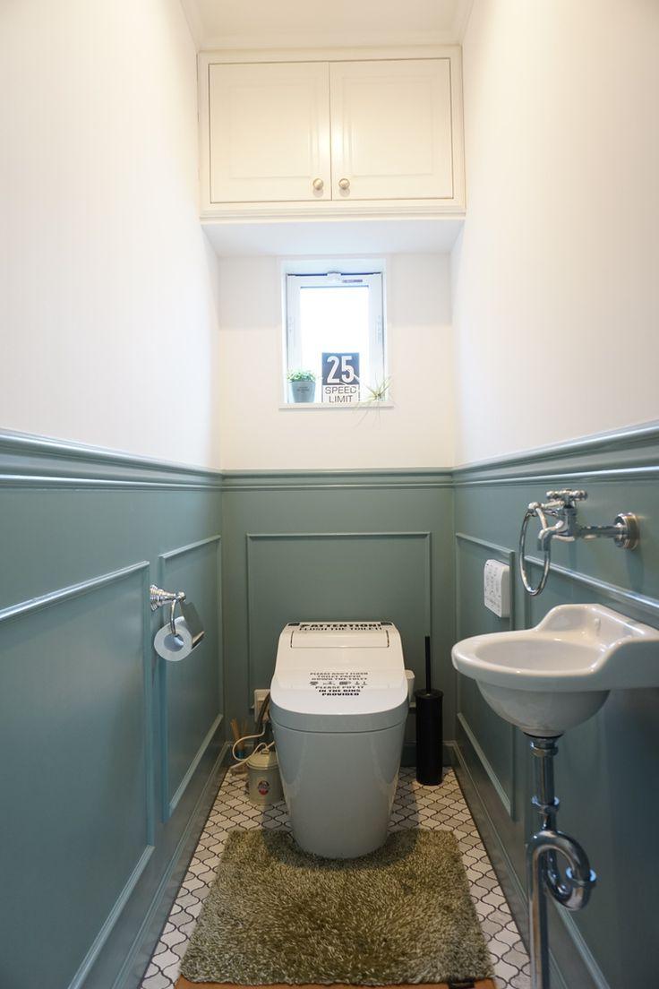 我が家のトイレです。 腰壁にしてペンキを塗っています。 床はコラベルタイルで重厚感を☆ 手洗いボウルや蛇口、ペーパーホルダーはレトロな物をチョイスしました。 便座カバーにはステッカーでアクセント! できるだけ生活感を出さないようトイレットペーパーなどのものは棚の中へ。 100人の暮らし方⇨https://iemo.jp/79802
