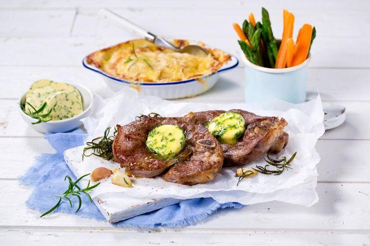 Perfekt stekte lammeskiver servert med fløtegratinerte poteter, lettkokte grønnsaker og kryddersmør smaker nydelig til søndagsmiddag om høsten eller som påskelam.