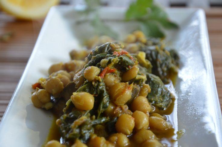 """Ősi indiai recept a """"palak baingan aur channa"""" a csicseriborsó padlizsánnal és spenóttal.Az a csodálatos, hogy a védikus konyha receptjei évszázadok, vagy inkább évezredek óta változatlanok, és ettől olyan csodálatosak. A zöldségek kiegyensúlyozzák, kiegészítik egymást, a fűszerek pedig mindent finomra hangolnak...."""