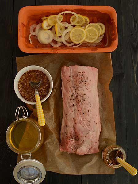 Schab pieczony z musztardą i miodem - receptura inspirowana przepisem Pani Neli Rubinstein1 i 1/2 kg schabu bez kości2 cytryny1 spora cebula4 łyżki oleju3 łyżki miodu3 łyżki musztardy z całymi ziarnami gorczycyświeżo zmielony czarny pieprzsól    Obraną cebulę pokrój na cienki plastry.    Dokładnie wyszorowane cytryny pokrój na cienkie plastry.    Umyty i bardzo dokładnie osuszony schab natrzyj solą i olejem.    Naczynie wyłóż połową cytryn i cebuli, skrop olejem. Połóż na niej mięso