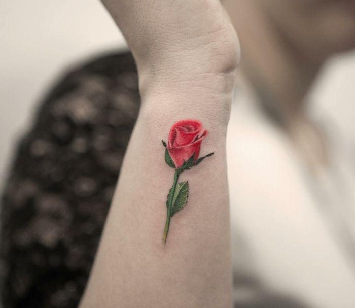 Tatuajes de rosas rojas en el brazo