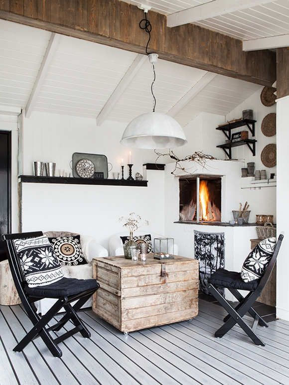 Madera y pieles para decorar este tipo de salones. Pequeños detalles que dan mucha calidez a tu salón y lo llenan de vida.