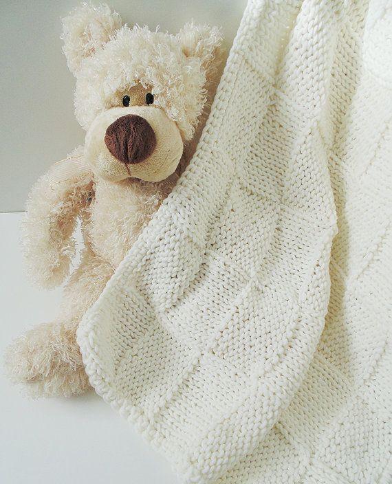 Guarda questo articolo nel mio negozio Etsy https://www.etsy.com/it/listing/215608844/coperta-bianca-naturale-ai-ferri-in-lana