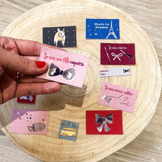 ☆ Vous avez un message ! ☆ Pour ajouter une note personnelle à vos créations pensez à coudre ces étiquettes en tissu, aux illustrations réalisées à partir de mes aquarelles ! En plus d'être jolies, elles sont eco-responsables car imprimées avec des encres écologiques et 100% fabriquées en France 🇫🇷♻️! Pour les commander (à l'unité) rdv sur mon eshop : ▪️www.corail-indigo.com/boutique▪️ Alors, vous craquez pour quels modèles ?! 😋 . . . #corailindigo #marquefrancaise #handmade #etiquettes…