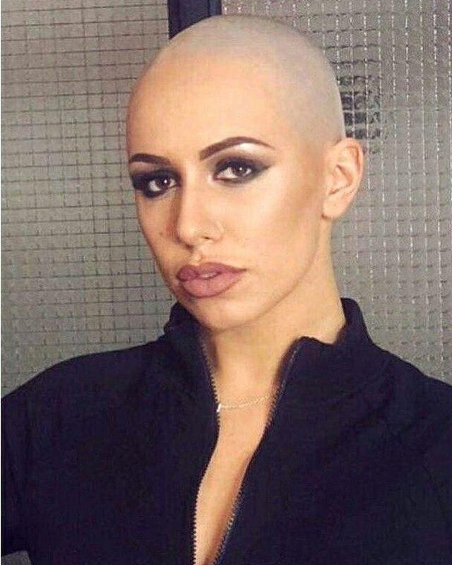 Frau rasiert sich glatze