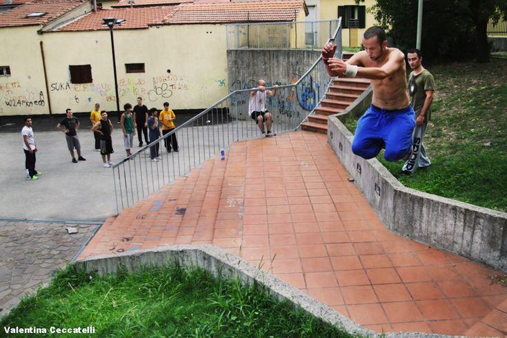 Alla scoperta di una disciplina poco conosciuta: il parkour, che viene praticato anche a Prato. Le foto di Valentina Ceccatelli e l