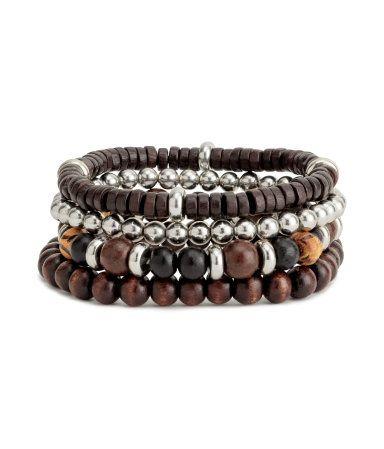 Mörkbrun. Elastiska armband med pärlor i trä och plast.