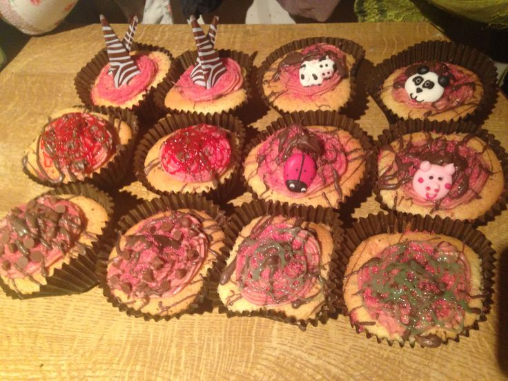 These are strawberry icing vanilla cupcakes i made for family, some are drizzles with choclate.