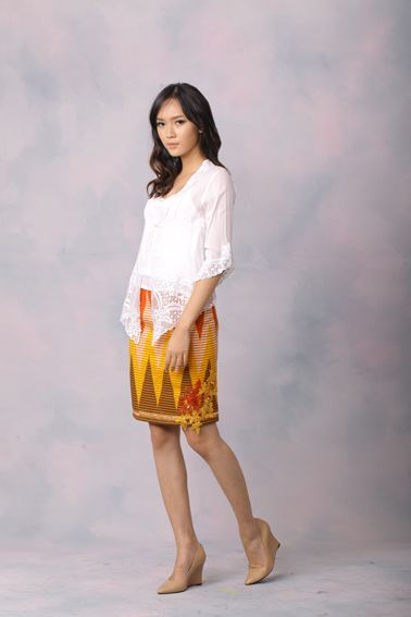 Basic 005 IDR 585.000 Classic Rang-Rang with Pearl and Brocade Embellisment Tube Skirt (Top Worn Not Included)  Length of Skirt : 52 cm  Material used : Rang-Rang. Pearl and Brocade Embellishment  Standard zipper length (50-55cm) at the back.  Height of Model : 171 cm