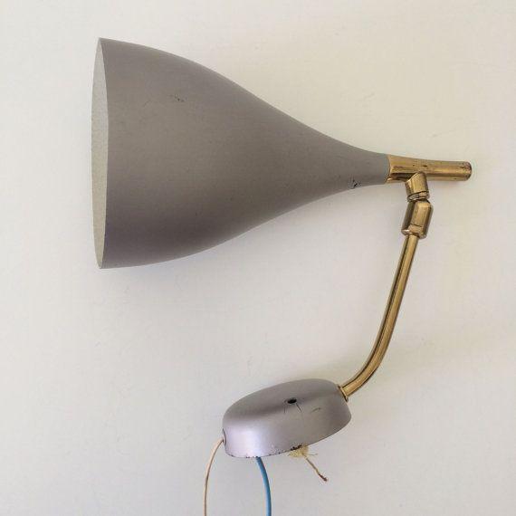ZELDZAME & beautiful half eeuw moderne Wall lamp | MUUR LAMP ONTWERPEN & produceren goede jaren 1950 | ARTELUCE. STILNOVO TIJDPERK  Er is hier een zeldzame en prachtige half eeuw moderne Wall lamp | Muur lamp met snoer schakelaar. Waarschijnlijk gemaakt in de jaren 50. De lamp is 1 x gloeilamp E14 vereist. Verzending zonder lamp.  MATERIAAL: messing pijp, buiten, grijs binnen Wit geschilderde aluminium diffuser AFMETINGEN: hoogte ongeveer 22,5 cm, totale diepte van Max 33 cm, paraplu...