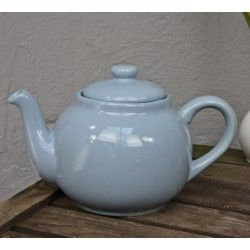 Teekanne blau Keramik von Plint Schöne Teekanne im Retro-Design vom dänischen Label Plint mit Kaffee-/Teesieb. Mit dem Edelstahl-Sieb zum einhängen, können Sie Tee direkt in der Kanne brauen. Größe: ca. H16 x B24 x T16cm Volumen: 1,5Liter Farbe: blau / pastell Material: Keramik Oberflächenbehandlung: lackiert Ausstattung: - spülmaschinenfest - 1 Kanne - 1 Sieb - 1 Deckel