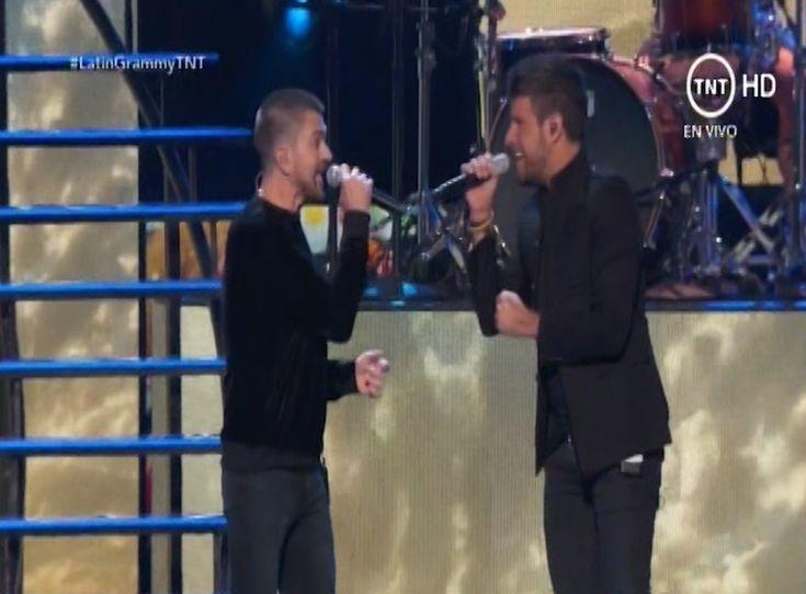 Juanes y Pablo Lopez abren los Premios Latin Grammys cantando Tu Enemigo