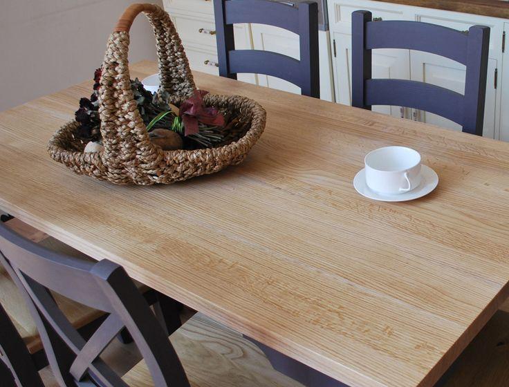 Jadalnia inspirowana stylem prowansalskim. Sosnowy dwukolorowy stół z litego drewna oraz dwukolorowe krzesła z kolekcji Prowansja.   #dwukolorowe #prowansalskie #drewniane #stoły #krzesła #jadalnia