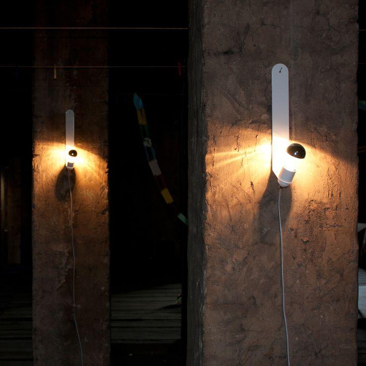 Die Leuchte, die alle Wände in Szene setzt.Diese Skipper lässt sich überall ganz leicht positionieren:Einfach einen Nagel in die Wand schlagen, Leuchteaufhängen und das 2 Meter lange Kabel einstecken.Stahlblech pulverbeschichtet weiß, silberweißes Textilkabel mit transparentem Stecker und Schalter.5x5x35 cmmax. 60 Watt, E27Leuchtmittel nicht enthalten.