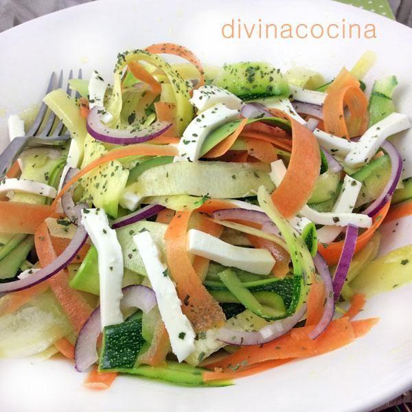 Esta ensalada de calabacines y zanahorias se la vimos hacer a Jamie Oliver en la tele, aunque él la aliñaba con aceite y limón y no ponía el queso.