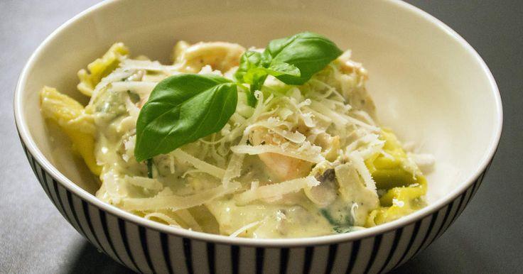 Krämig pasta med stekta räkor, champinjoner och grön pesto.