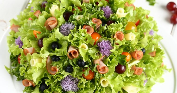 Kukkakimpun muotoinen voileipäkakku on näyttävä ja juhlava juhlapöydän kakku.   Tällaisia koristeellisia ja värikkäitä voileipäkakkuja on...