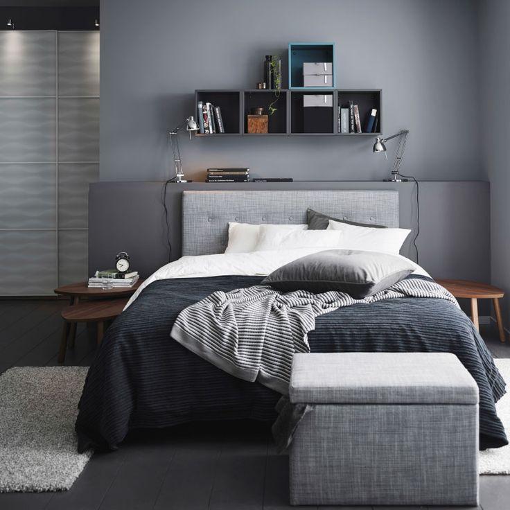 """Ein graues Schlafzimmer mit ÅRVIKSAND Bettgestell mit Kopfteil in Grau, OFELIA VASS Bettwäsche-Sets in Weiß und FJÄRA Bettkasten mit Bezug """"Isunda"""" in Grau"""