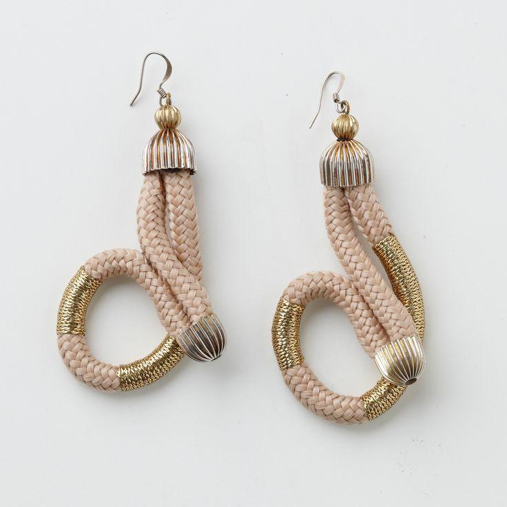 Die zart geschwungenen, edlen Ohrringe von Pichulik passen perfekt zum Abendkleid!