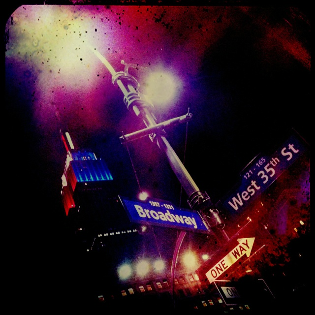 Vue sur L'Empire State Building à l'intersection de Broadway et la 35ième...