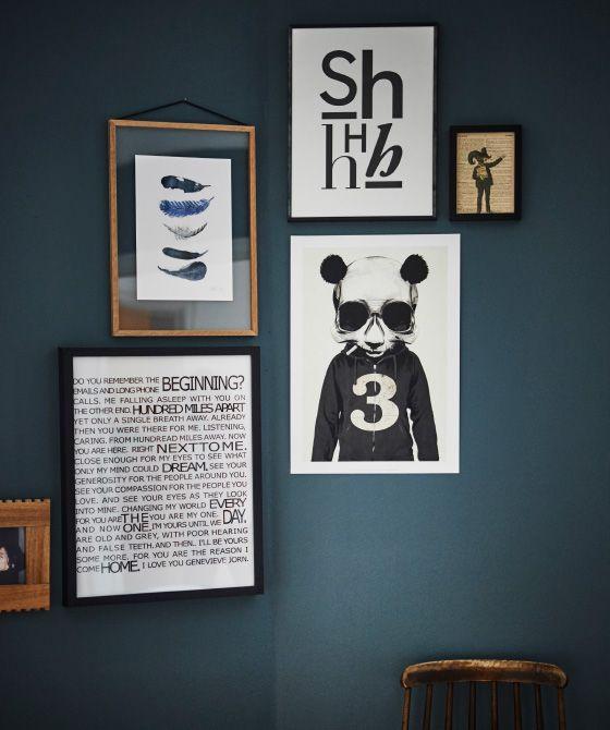 Über eine Holzleiter, die an einer dunklen Wand lehnt, liegt eine TALLÖRT Tagesdecke schwarz/naturfarben.