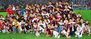 Que se vengan los chicos: Las salidas al campo de juego con chicos se han hecho una costumbre en el fútbol de Argentina; en este caso podemos observar (ya en un claro exceso de la situación) una foto del equipo de Lanús previo a un partido donde junto con los 11 futbolistas se encuentran ¡66 niños! (seis por cada jugador) y un mayor