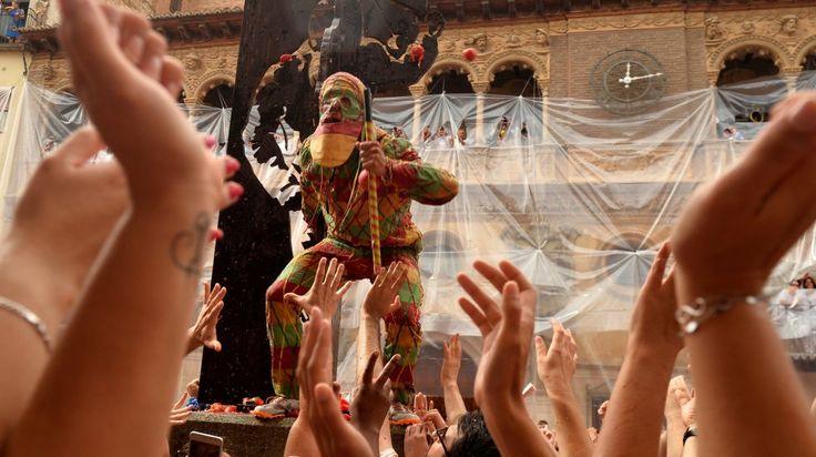 Las fiestas patronales esconden tradiciones tan antiguas como la del Cipotegato de Tarazona (Zaragoza), un personaje vestido de arlequín que ha hecho el recorrido más largo de su historia bajo un manto de tomates que ha teñido las calles de rojo y con el que han dado comienzo las fiestas. En la imagen, el hombre vestido como el Cipotegado es aplaudido por la multitud.