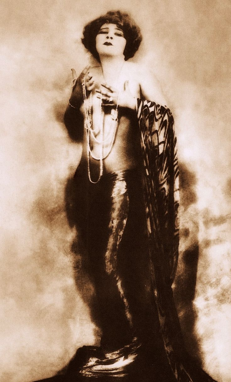 MAE WEST (1915) in the early days was a successful vamp & vaudevillian, playing venues where she would sing & do a suggestive shimmy dance (please follow minkshmink on pinterest) #maewest #vamp #seductress