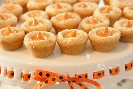 Sugar cookie with pumpkin spice hershey kiss in it.Fall Cookies, Hershey Kisses Recipe, Pumpkin Spices, Sugar Cookies, Cookies Cups, Fashion Design, Spices Blossoms, Spices Kisses, Design Bags