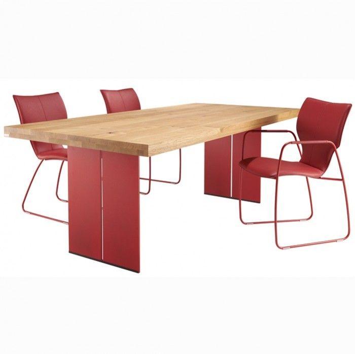 Door het ontbreken van de traditionele poten op de hoeken, is een praktische tafel gecreëerd met veel zitmogelijkheden.