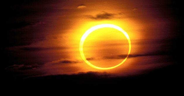 Cuando la Luna oscurece al Sol el eclipse se podrá ver mejor en la Patagonia  Ministerio de Ciencia Tecnología e Innovación Productiva El próximo domingo 26 la Patagonia será el mejor lugar para mirar el cielo. La Luna pasará frente a la gran estrella y quedará visible sólo un pequeño anillo brillante produciendo un eclipse anular de Sol.  Buenos Aires 23 de febrero de 2017. Estamos acostumbrados a que el Sol siempre esté presente. Sabemos que es la estrella más grande de nuestro sistema…
