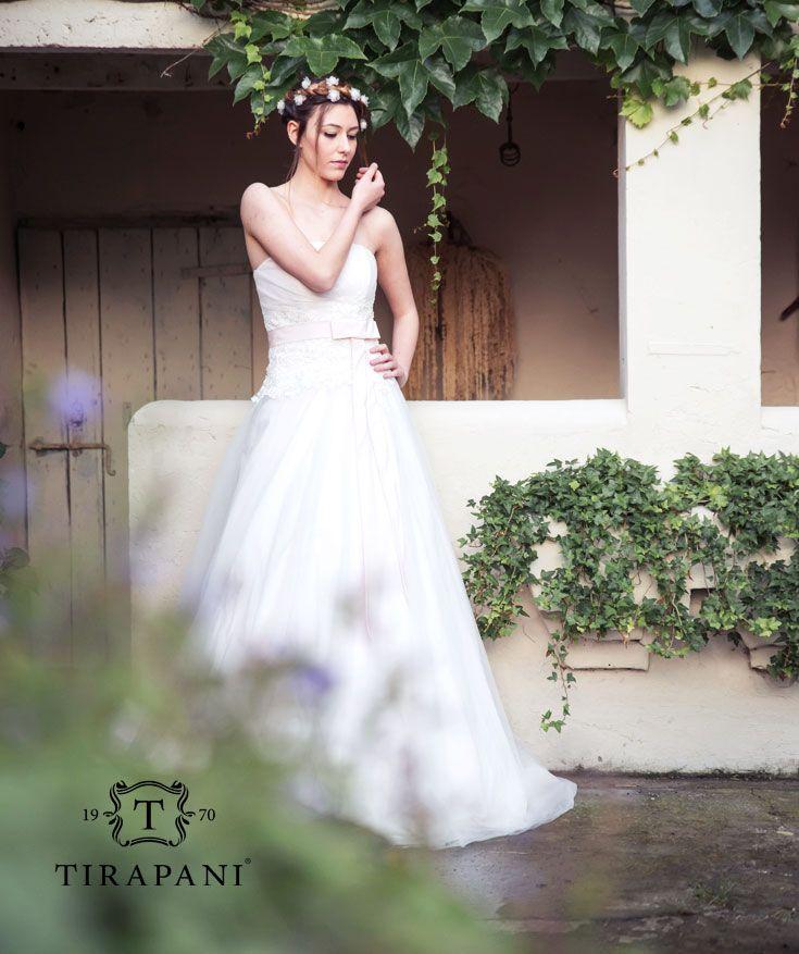 Abito Peonia: la gonna di questo #abito da #sposa rimane ordinata e leggera, sempre percorsa da tulle mano seta e #taffetà croccante. Possibile in qualsiasi variante di tono. #wedding #weddingday #bride #bridal #weddingdress #sposa #collezionesposa2016 #nozze #matrimonio