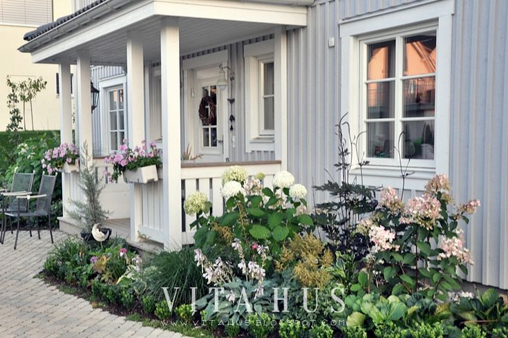 Skandinavisches Wohnen, wohnen in weiss, shabby chic, Schwedenhaus, Green Gate, Cottage Garten, Landhausgarten, Holzhaus, Landhausstil, Rosen