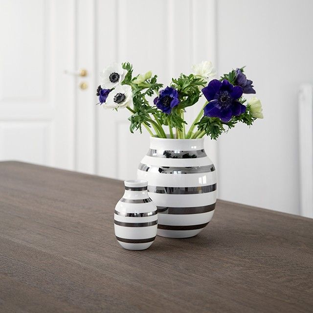 The vase has a timeless look that makes it suitable for any home, regardless of interior design and size. Let two of the currently hottest materials, silver and ceramics, adorn your home in the form of this Omaggio with silver stripes.