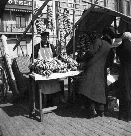 Torikauppaa Kauppatorilla, rinkelinmyyjä. Valokuvaaja: Ivan Timiriasew, 1919. HKM.
