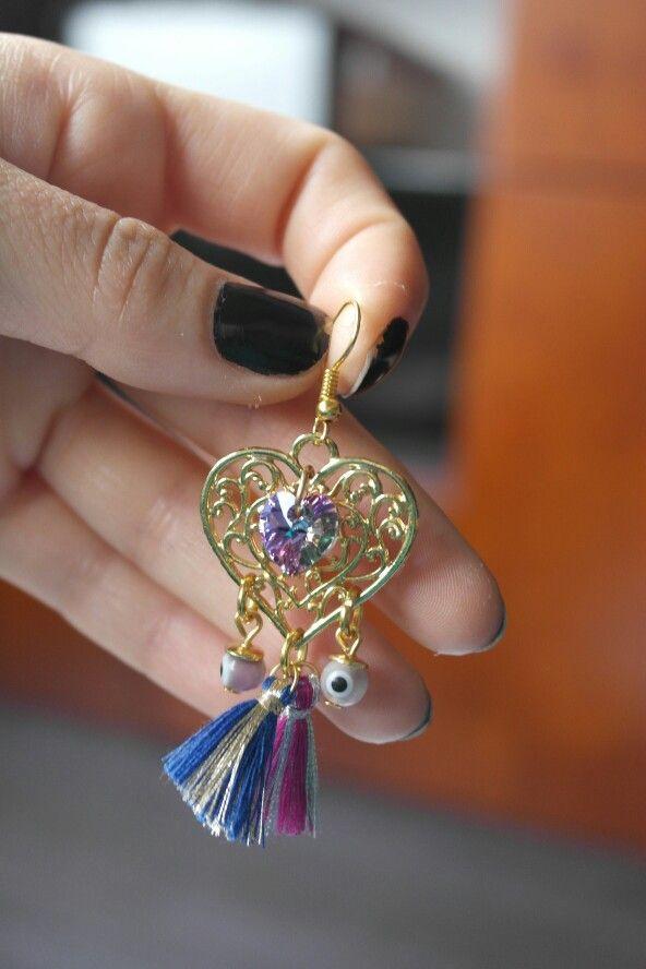 El color del corazón de swaroski y los penachitos es espectacular. Muy sutil.