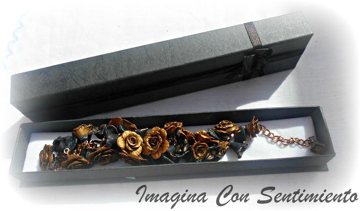 Que os parece esta pulsera hecha con rosas doradas? #arcillapolimerica #polymerclay #clay #pulserapersonalizada #pulsera #personalizada #unica #hechaamano #handmade #fimo #boda #imaginaconsentimiento #wedding #rosas #flores #flowers